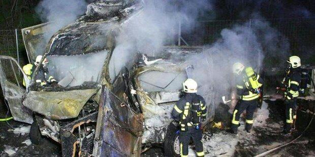 Zwei Fahrzeuge auf A22 völlig ausgebrannt