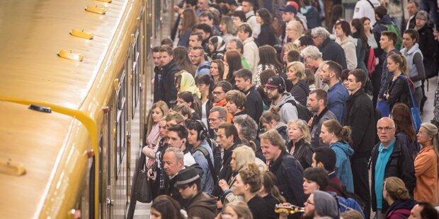 Mann implantiert sich  U-Bahn-Ticket