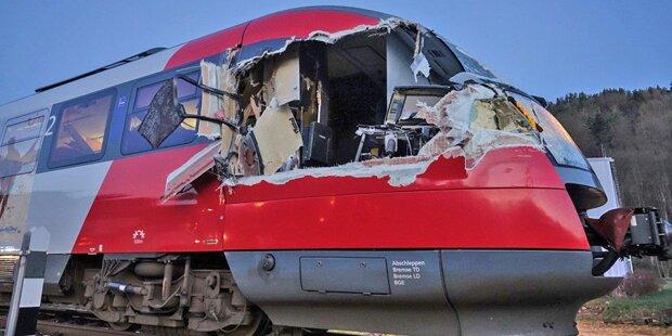 Zug-Crash in NÖ: Lkw kracht in Regionalzug