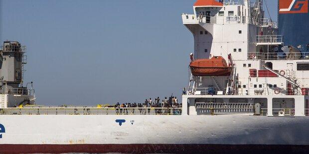 NGO-Schiff im Mittelmeer mit Warnschüssen bedrängt