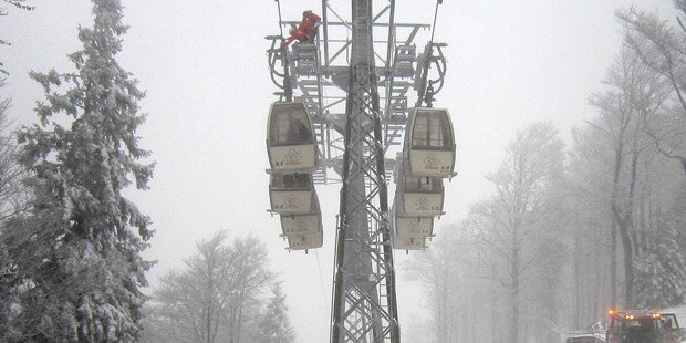 Skifahrer sitzen in OÖ in Gondeln fest