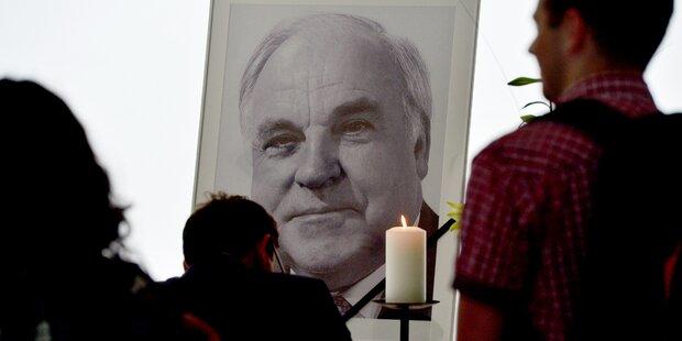 Leichnam Helmut Kohls zu Hause aufgebahrt