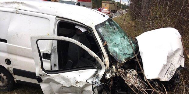 Klein-Lkw überschlägt sich: Fahrer eingeklemmt