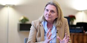 Sorge um Kneissl: Ministerin im Spital