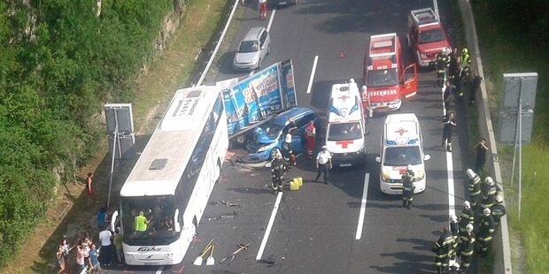 Reisebus mit 25 Kindern crasht mit Pkw auf A2