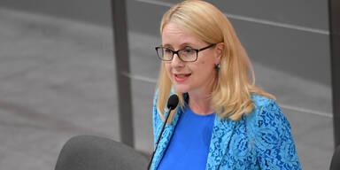 SPÖ bringt Ministeranklage gegen Wirtschaftsministerin Schramböck ein