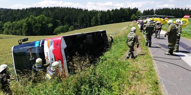 Bus kippte in Neunkirchen um: Zwei Verletzte
