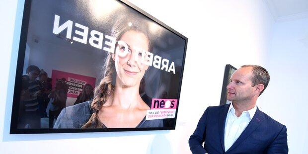 NEOS-Plakate in Spiegelschrift