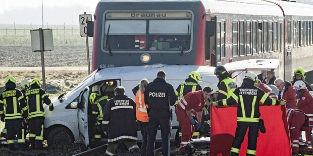 Zug schleift Pkw 72 Meter mit - Lenker tot