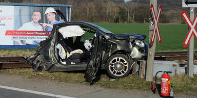 Pkw crasht in Zug – Beifahrer (69) tot