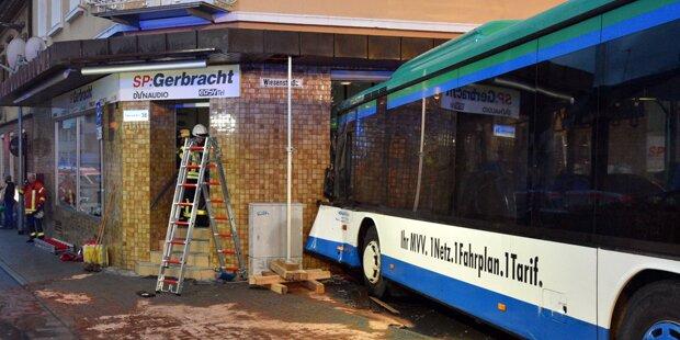 Schulbus kracht in Wand: 47 Verletzte