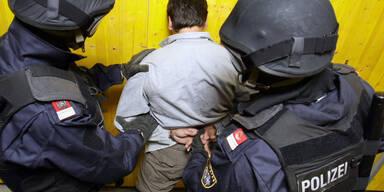 Erneut klickten die Handschellen   Neue Terror-Festnahmen: Schon 10 Verdaechtige in U-Haft