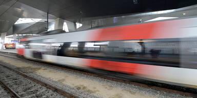 Öffentlicher Aufruf | Corona-Infizierter fuhr mit Zug von Bischofshofen nach Graz