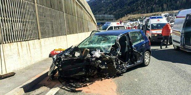 Geisterfahrer crasht in Auto von Ehepaar: Schwerverletzte