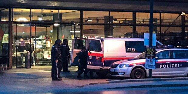 Bewaffneter Raubüberfall in Tirol: Täter flüchtig