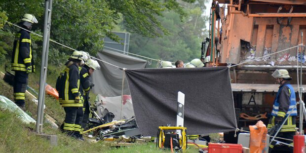 Müllwagen stürzt auf Auto - Fünf Tote