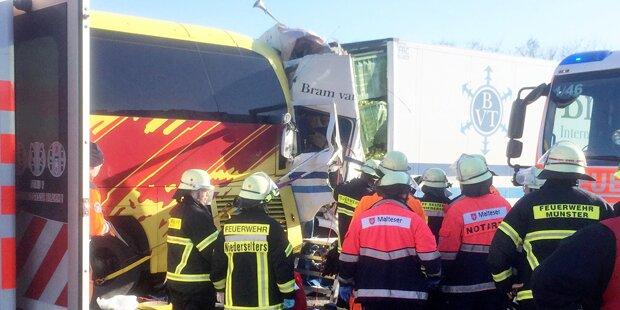 Lkw kracht gegen Bus: Zwei Tote