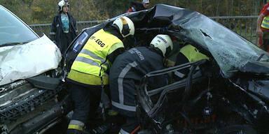Horror-Crash: 19-jähriger Pkw-Lenker und Beifahrer tot