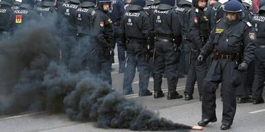 Rauch-Bomben bei Anti-Identitären-Demo