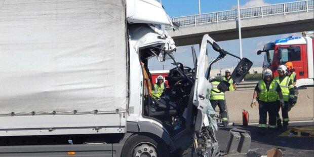 Horror-Crash in Wien: Lkw-Lenker schwer verletzt