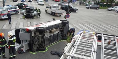 Horror-Crash in Wien: Rettungsauto kracht in Pkw