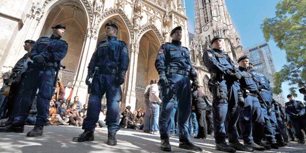 Flüchtlinge besetzen Votivkirche: Polizei räumt
