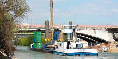 Schiff hilft beim Brücken-Abriss