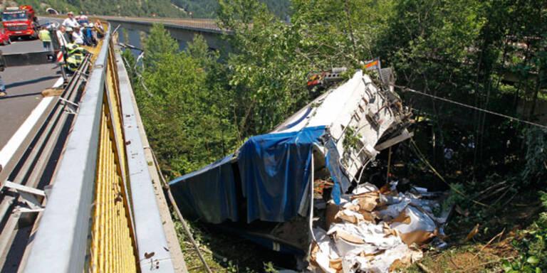 Lkw stürzt von A2-Brücke