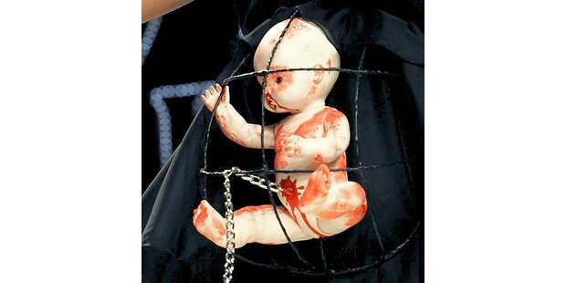 Ungeborenes im Käfig auf dem Catwalk