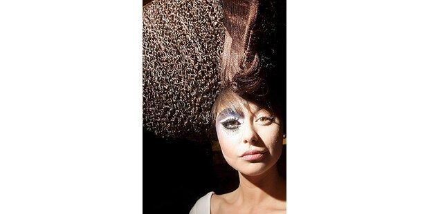 Tapete und Nagellack im Haar