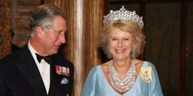 Auszeichnung - Camilla trägt Queen Mums Krone