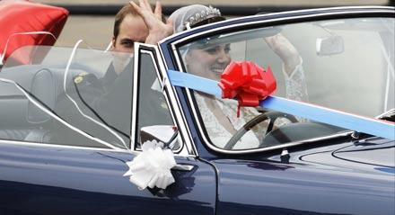 William & Kate verlassen den Buckingham Palast nach dem Hochzeitsempfang im Aston Martin Cabrio