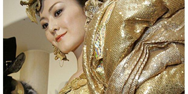Japanerin trug ein Kleid aus 325 Goldmünzen