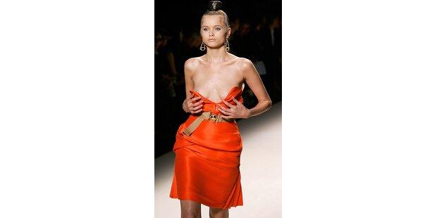 Ein Model verlor auf dem Catwalk das Kleid