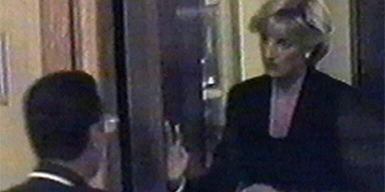 Prinzessin Diana kurz bevor sie in das Auto stieg, das nur kurze Zeit später verunglücken sollte. (c) AP