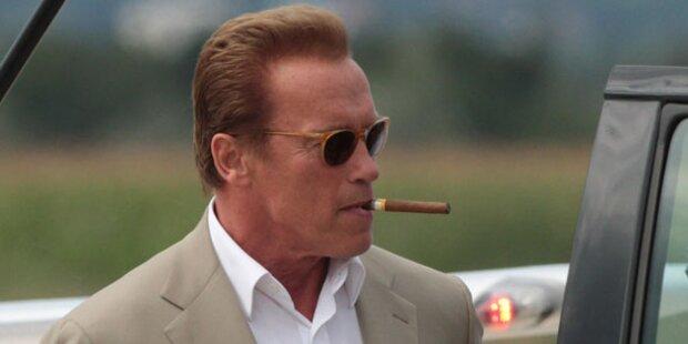 Mit Blondine: Arnie turtelt wieder!