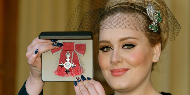 Adele von Prinz Charles mit Orden geehrt