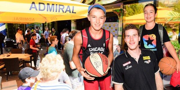 NBA-Star Pöltl traf Wiener Fans im Prater