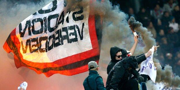 Ajax-Rowdys führen die Polizei vor
