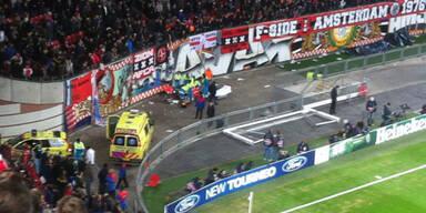 Drama bei Ajax-Sieg: Fan stürzt von Tribüne