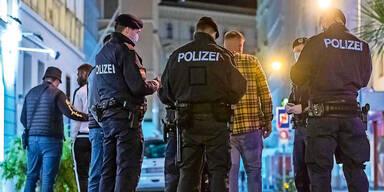 Polizei umzingelt einen Mann auf der Straße