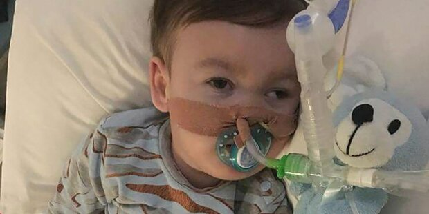 Todkranker Bub atmet ohne fremde Hilfe