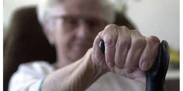 Oma auf Beutezug im Altersheim