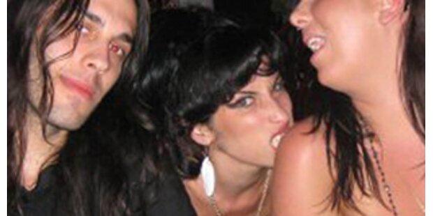 Amy Winehouse stiehlt Hotelgästen Alkohol