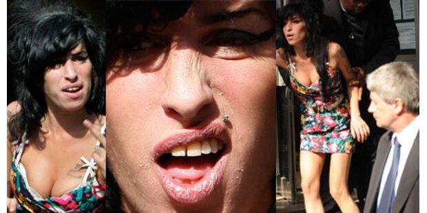 Amy vor Gericht: Busenshow & Grusel-Haut
