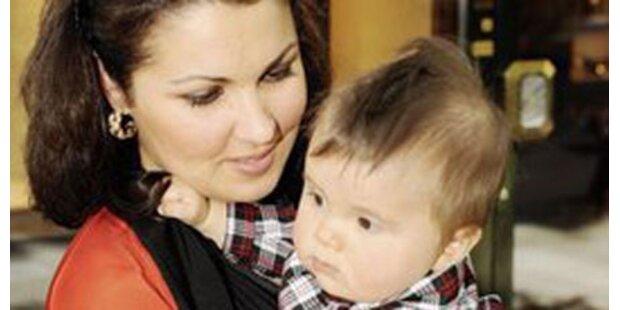 Hier zeigt uns Anna Netrebko ihr Baby