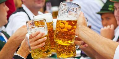 Anstoßen mit deutschem Bier