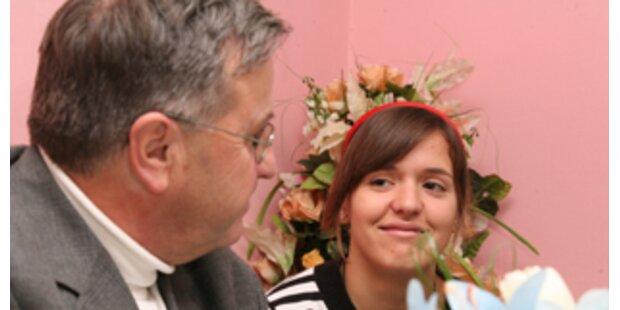 Polizeiverhör mit Arigona und Pfarrer  Friedl