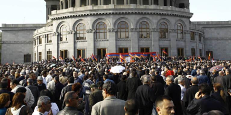 Tausende demonstrieren für Neuwahlen