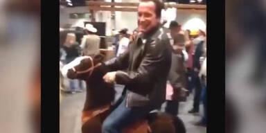 Arnold Schwarzenegger reitet wieder!